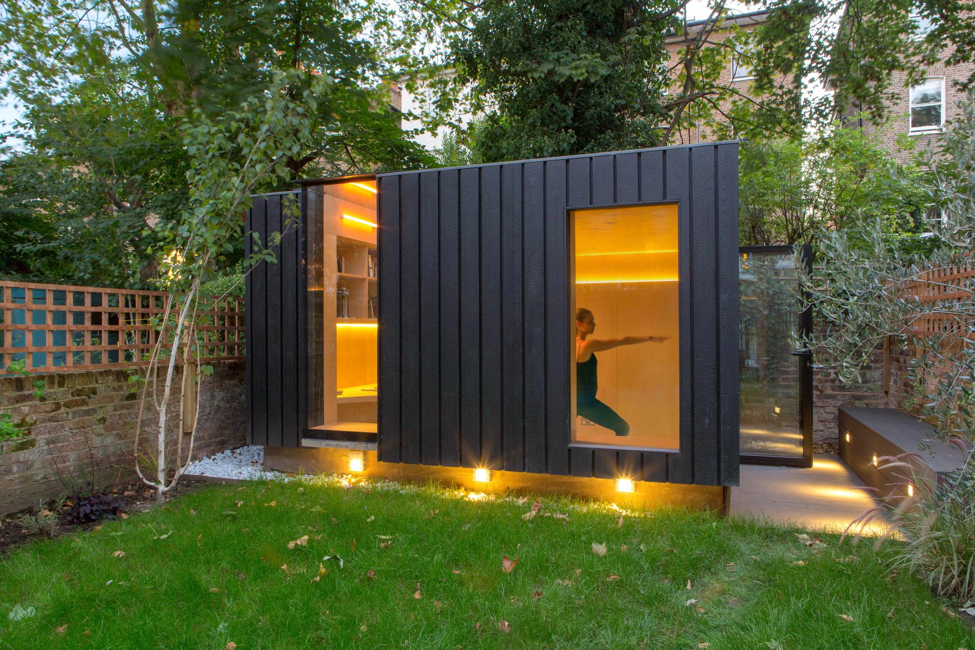 さり気ない心遣いがちりばめられた、庭の木陰に佇むヨガ・スタジオ