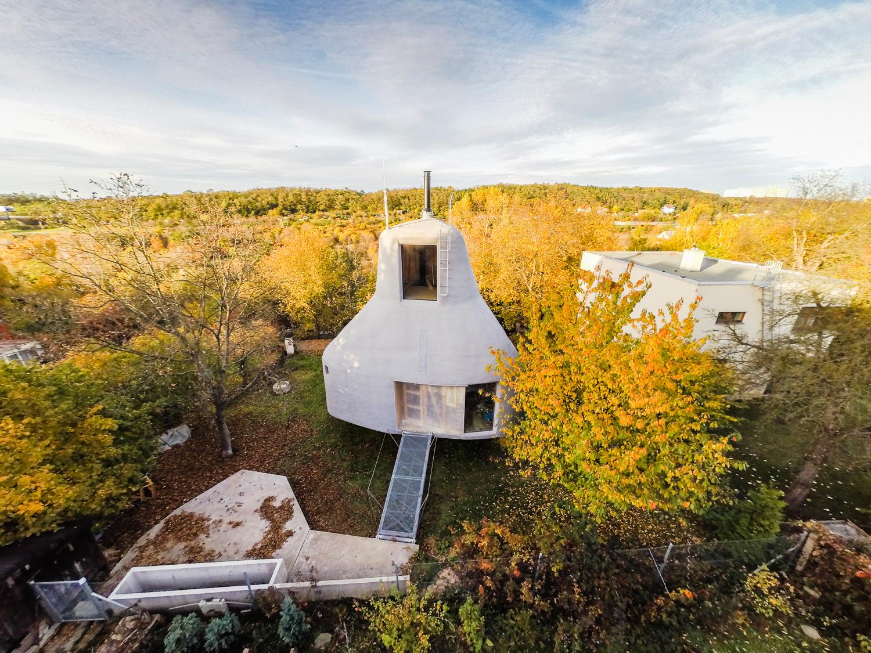 3D技術を駆使したつくった未来型スモールハウス。チェコの庭に舞い降りた小屋