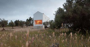 大小さまざまな窓の配置が楽しい。ポルトガルの白い小さな家