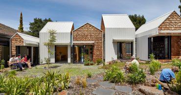 8歳の双子のアイデアから生まれた、絶妙な距離感がある「村のような家」