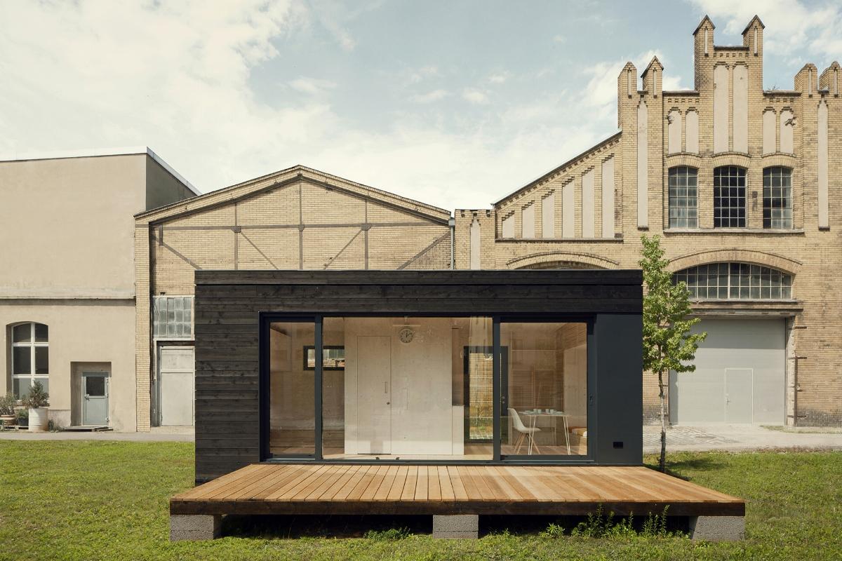 太陽光発電で生活する。居住空間19平米の木造タイニーハウス