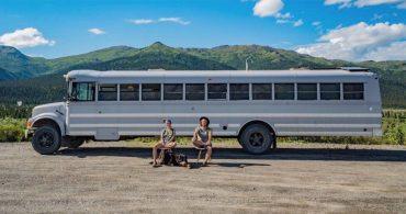 理想の住居兼アトリエは走るスクールバスの中に。アーティストカップルが実現した、場所にとらわれない暮らし