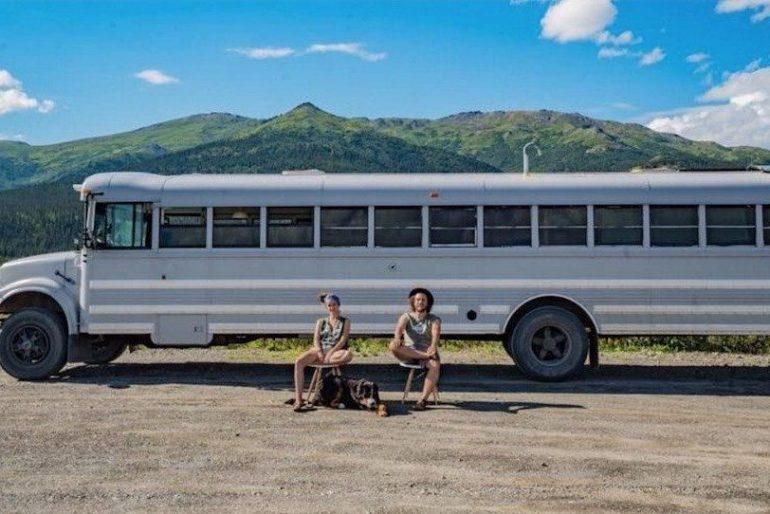 理想の住居兼アトリエは走るスクールバスの中に。アーティストカップルが実現した場所にとらわれない暮らし