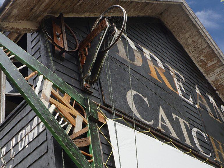 廃材を活用して斎場をリノベーション。クリエイターや市民が集う場所へ。