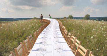 自然の中に出現する長い食卓。世界中を駆け巡るムービングレストラン