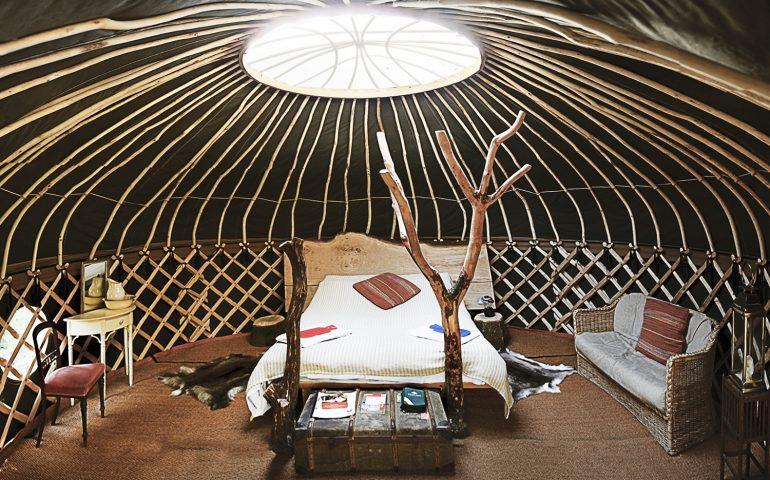 木の魅力がいっぱい。森の中の手づくりグランピング「Coracle the Yurt」で深呼吸