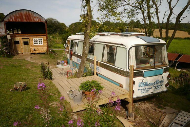 気分はフラワーチルドレン。田園風景の中のラブ&ピースなバスのホテル