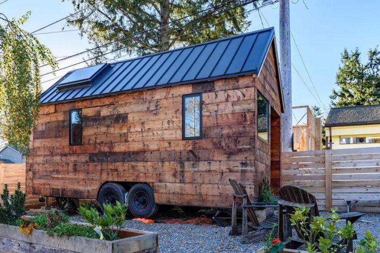 Airbnbで5つ星レビュー。ラスティック&モダンなタイニーハウス「Tipsy」
