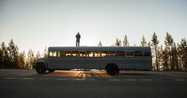 ハンクは、スクールバスをタイニーハウスに変えて旅に出た。