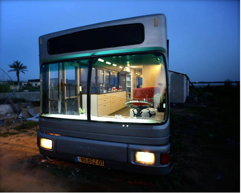 くず鉄バスが大変身。イスラエルのママ友がつくったファッショナブルなタイニーハウス