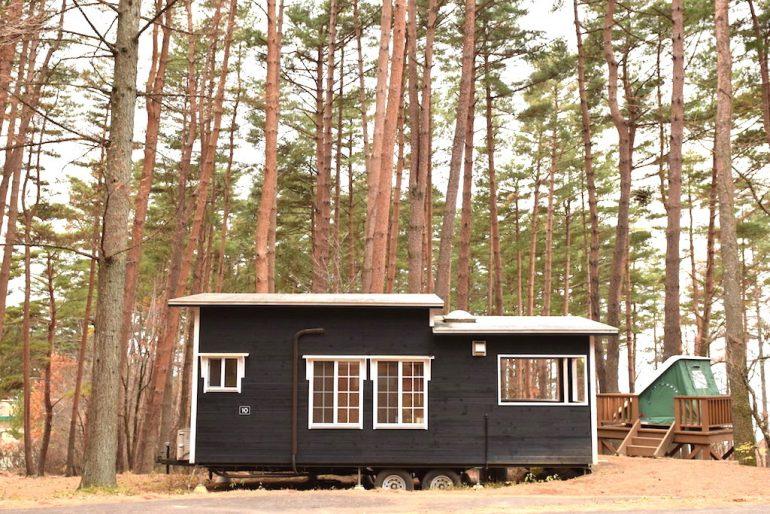 森の中のタイニーハウスで、ちいさな暮らしを体験。『キャンピカ明野ふれあいの里』