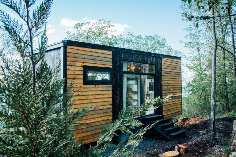 サンセットの見晴らしがおもてなし。山の上のデザイナーズ・タイニーハウス・ビレッジ「Live A Little Chatt」