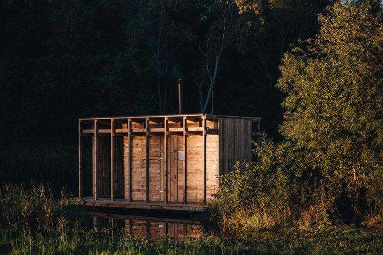 スモールハウス……ではない!? エストニアの川のほとりに浮かぶ「vala」