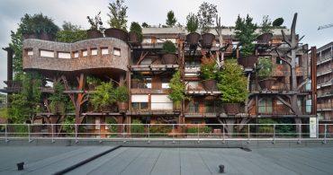 緑に埋まるラピュタの世界。イタリア・トリノの生きているアパート