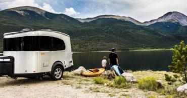 鉄が輝く。軽量最新トレイラー「Airstream travel trailer Basecamp」