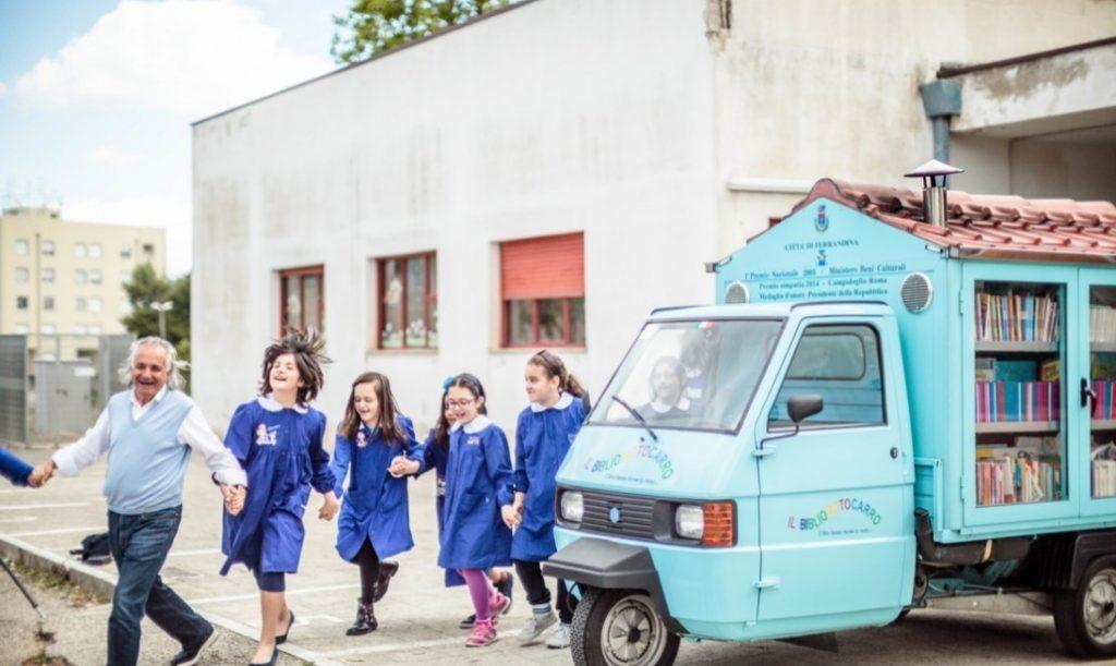 子どもたちに大人気。イタリアの小さな村にやって来る三輪図書バイク