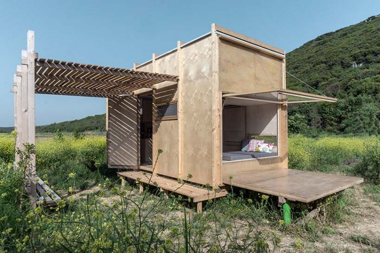 トルコとギリシャの国境沿いにあるプレハブハウス 「cabin on the border」