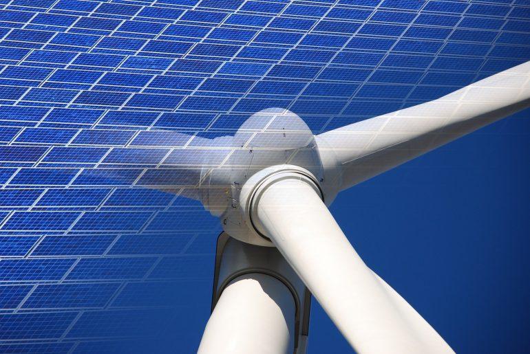 あなたはどっち派? 太陽光発電 or 風力発電 in タイニーハウス