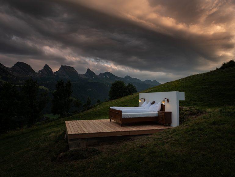 スイスアルプスがあなたのお部屋。壁も屋根もないホテル「ゼロ不動産」が大人気