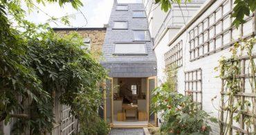 斜めの屋根から光が降り注ぐ。サウスロンドンの極細テラスハウスの拡張デザイン