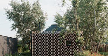 湖のほとりに佇む。ユルト型のスロバキア式キャビン「Slovak cabin」