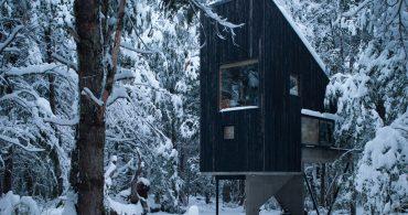 雪のすべり台の屋根。倒木を使ったチリの極寒仕様の山岳キャビン