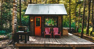 雪と森と孤独の贅沢。カナダの高原の2坪タイニーキャビン