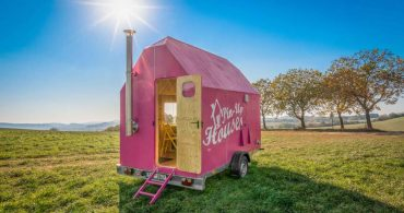 これは目立ちすぎ……? まっピンクなトレーラー「magenta tiny house」