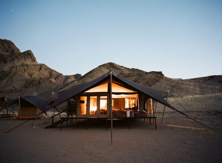 グランピングでキリン保護。アフリカ南西部の砂漠のテント