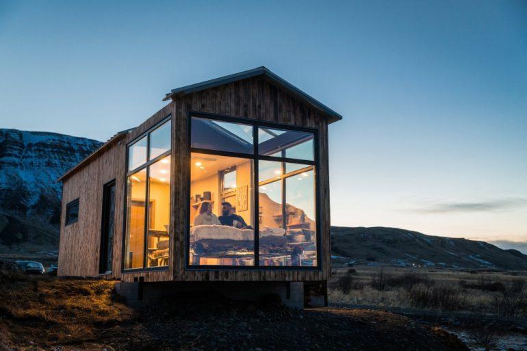 ベッドルームでオーロラを。アイスランドのガラス張りロッジ「Panorama Glass Lodge」