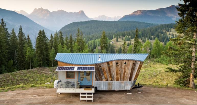 アメリカ・ロッキー山脈を背に立つタイニーハウス「Rocky Mountain Tiny Houses」