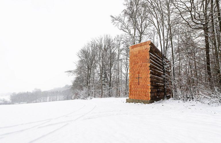 ドイツの森に出現。現地の木でつくられたログチャペル「wooden chapel in germany」