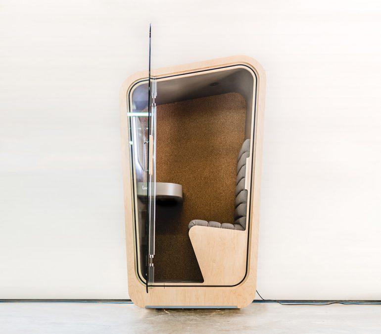 木製電話ボックスのプライベート空間。カナダの「Loop Phone Booth」