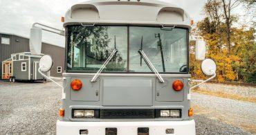 スクールバスを家族の住まいへ「Blue Bird All American skoolie」