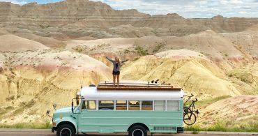 屋上ハンモックでお昼寝。キュートなスクールバスのモバイルホーム