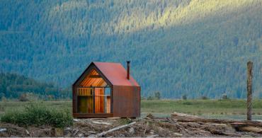 """プレハブではなく""""プレメイド""""式を採用。メタリックなスモールハウス「site shack」"""