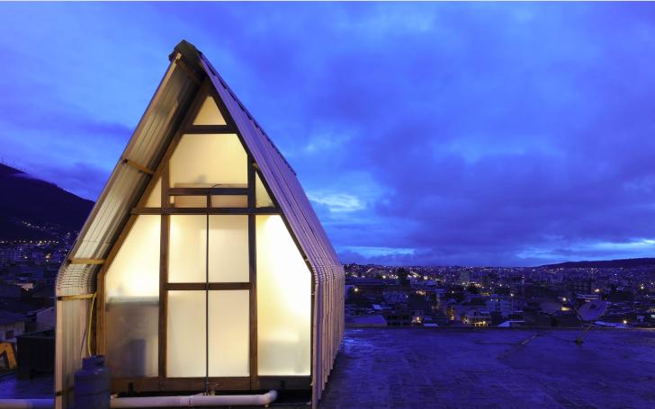 屋根の上にあるプラスチックのスモールハウス「Symbiotic House」