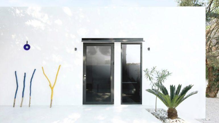 カスタマイズできるプレハブの超小型の家「Monocabin」