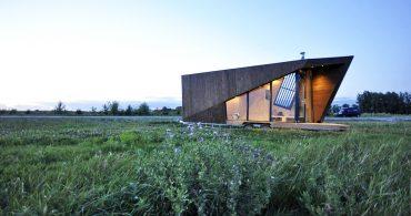 アシンメトリーな幾何学図形のトレイラー「Liberte Tiny Houses」