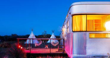 砂漠のアートな観光地でノマド宿泊。テキサス州マーファの「El Cosmico」