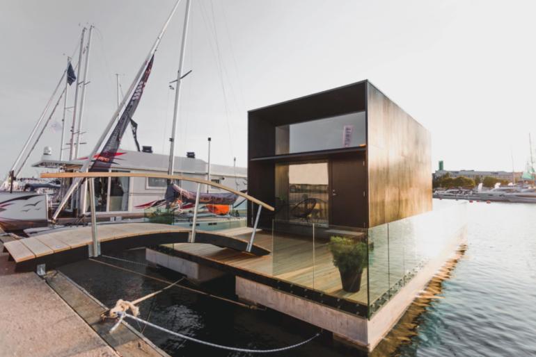 プカプカ浮かぶ水上の家。エストニアの木造プレファブ「KODA Light Float」