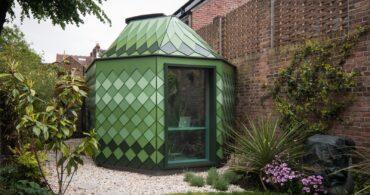緑のパネルが美しい庭先スモールハウス「avocado-green pavilion」