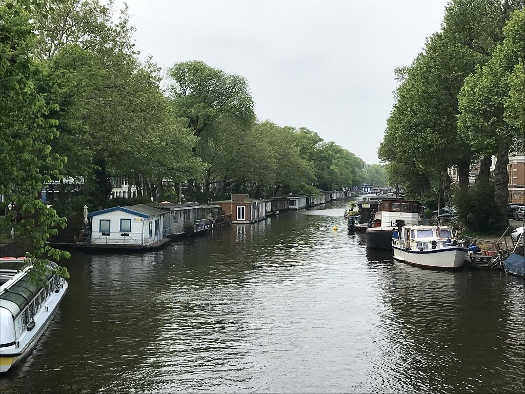 アムステルダムの運河に係留するハウスボートたち