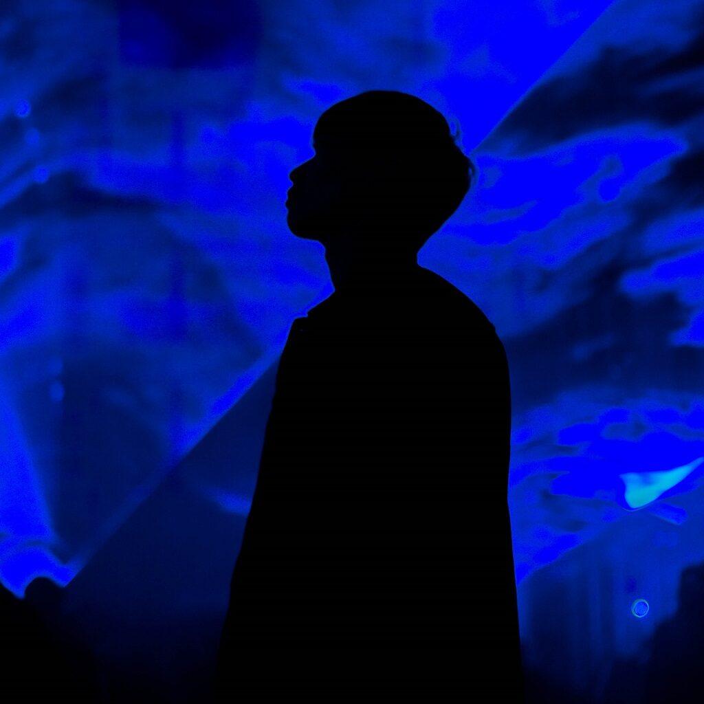 「Waterlicht」を見上げる少年
