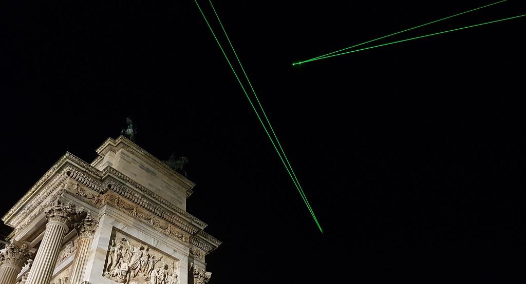 LEDビームでスペースデブリ(宇宙ごみ)を視覚化するアートワーク「SPACE WASTE LAB PERFORMANCE」